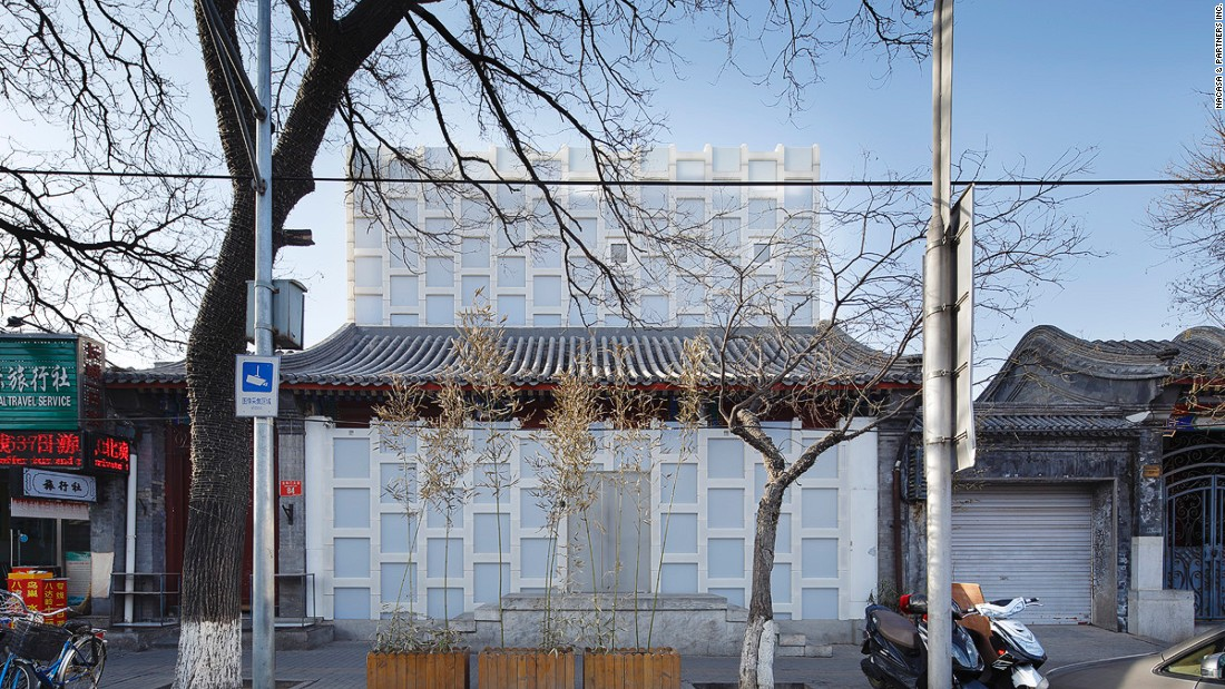 Kuma uniquely renovated this siheyuan-style tea house, near the Forbidden Palace East Gate,   using polyethylene blocks.