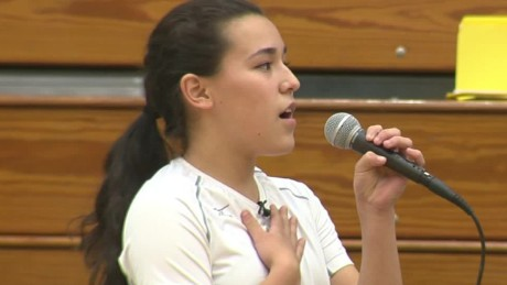 tx volleyball player sings national anthem_00001321