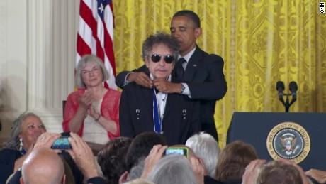 obama presents bob dylan medal of freedom _00011915