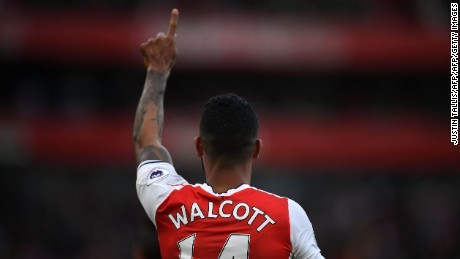 Theo Walcott scored two as Arsenal went level on points with Manchester City at the top of the Premier League.