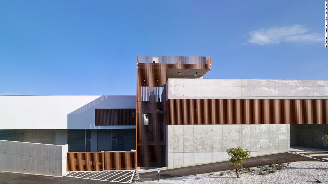 AE Arquitectos designed this funeral home to enable family members to bid farewell to the deceased in a quiet, serene location. To bring a sense of life to the premises, the building features intimate courtyards and a green rooftop.<br />