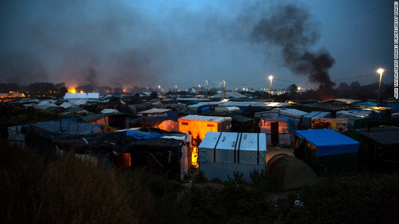 Migrants defy order to leave 'The Jungle' camp in Calais