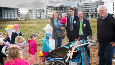 Wolfgang Frey (second right) with Heidelberg Mayor Jürgen Odszuck (center) and future residents the Schönau family at the topping out ceremony for Heidelberg village.