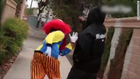 cnnee cafe vo samuel burke payaso ataca y es atacado _00001525