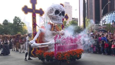 cnnee nat pkg mexico desfile dia de muertos a la bond _00000009