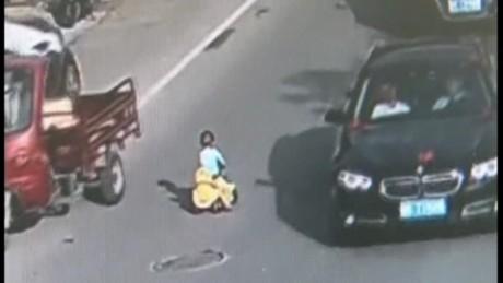 cnnee pkg original niño china rescatado el trafico _00000000