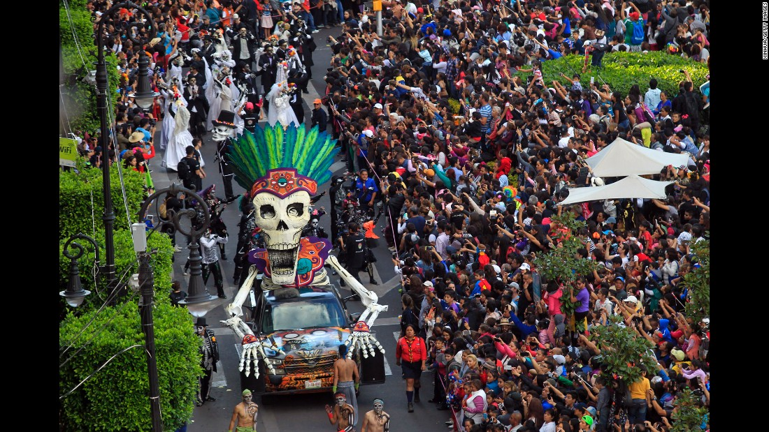 On Saturday, October 29, Mexico City held its first ever moving Dia de los Muertos (Day of the Dead) parade.