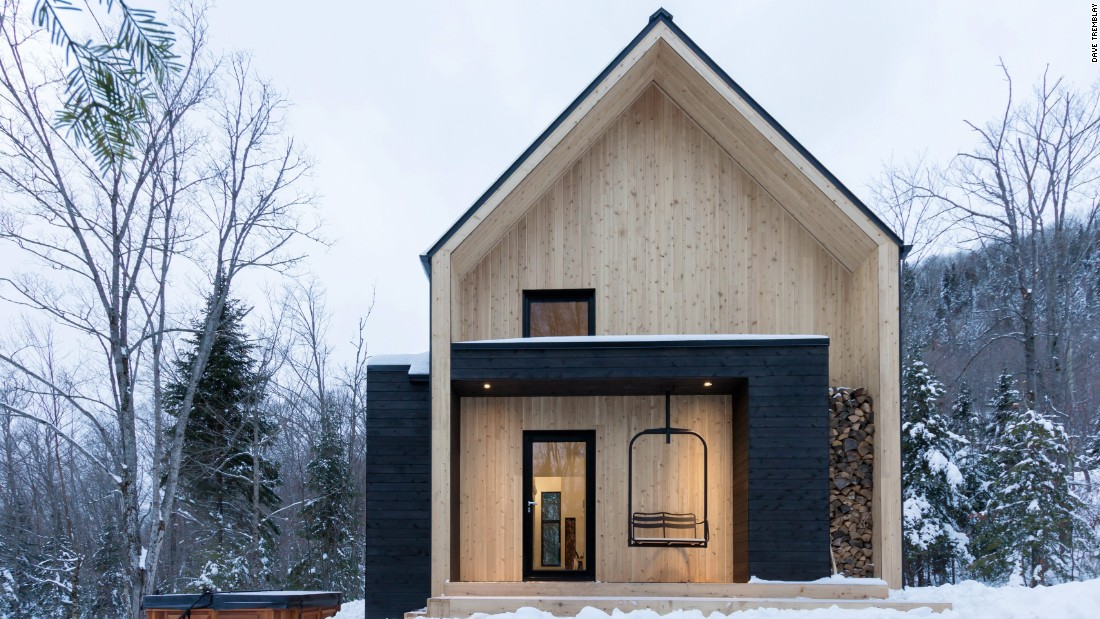 Situated in Charlevoix, in eastern Quebec, Villa Boréale overlooks a wooded area and enjoys easy access to ski slopes. Designed by CARGO Architecture, the villa is set on a secluded slope, overlooking the mountainous landscape.