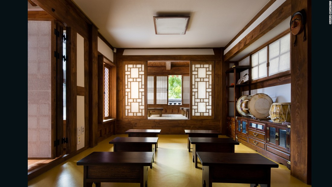 The architects ensured that the library's rooms offer the spaciousness that hanok design is known for.