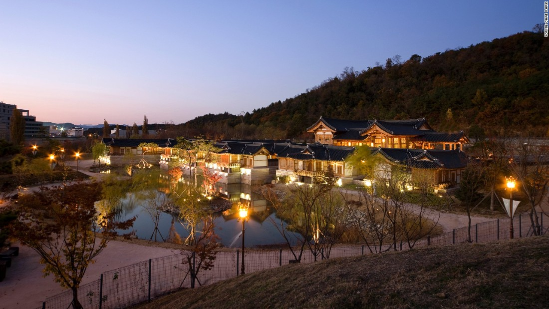 The high-end boutique hotel, Ragung, in Gyeongju is the first modern hanok hotel in South Korea. Its design adopts a traditional hanok layout, emphasizing structural beauty and spaciousness.