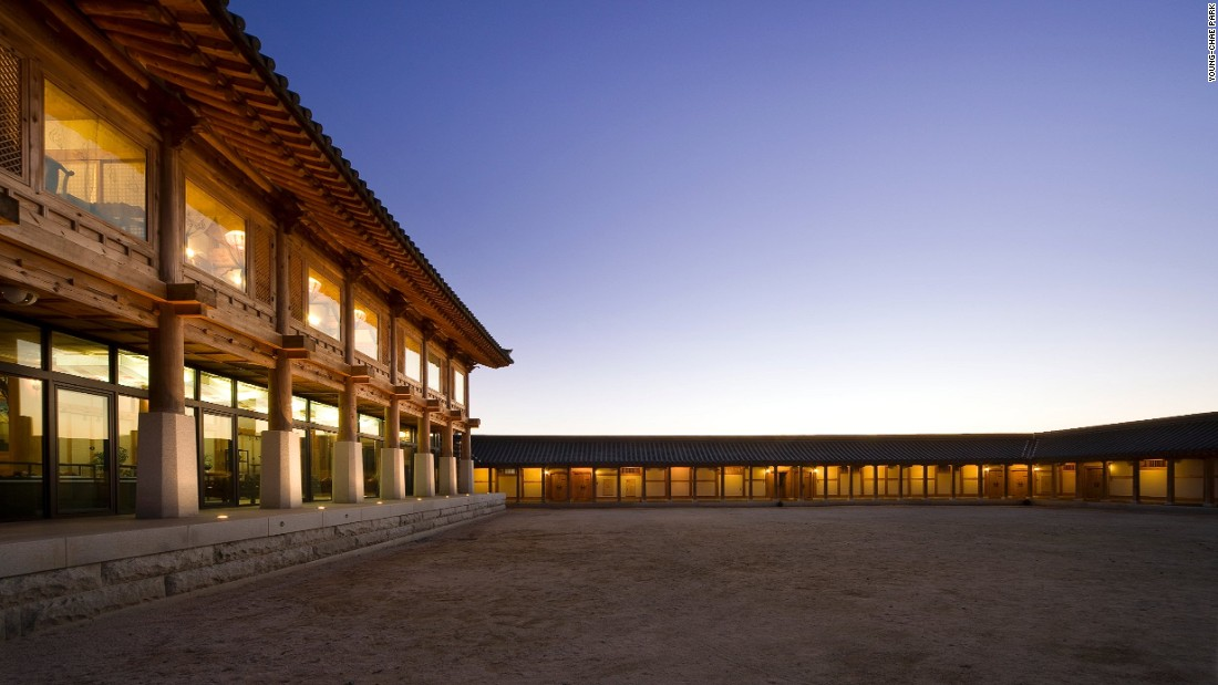 Based on the design of a traditional Korean palace, the hotel features an artificial pond at the front, with a colonnade and spacious courtyard found at the building's rear.