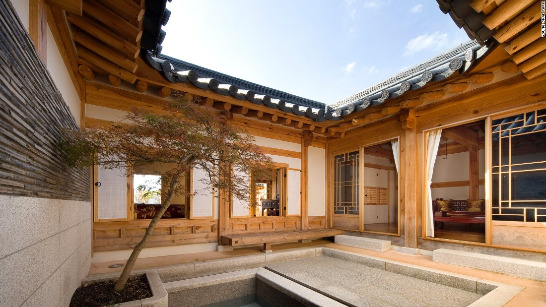Private courtyards, one of the main characteristics of hanoks, feature prominently in the hotel.