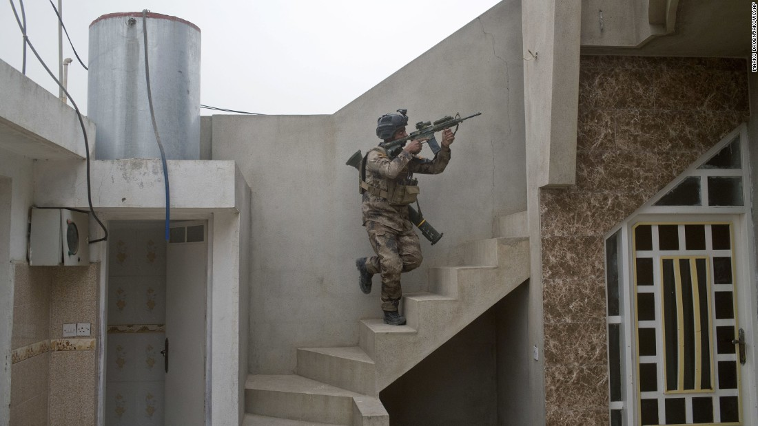 An Iraqi special forces soldier searches for the location of an ISIS sniper in Gogjali on November 1.