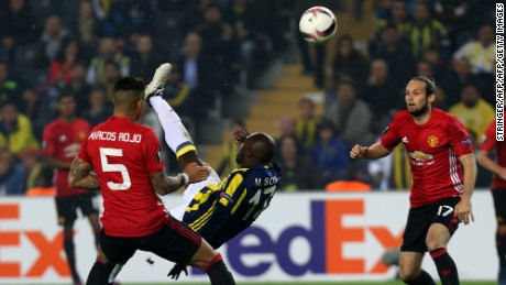 Fenerbahce's forward Moussa Sow (C) kicks the ball next to Manchester United's defender Marcos Rojo (L) and Daley Blind (R) during the UEFA Europa League football Fenerbahce SK vs Manchester United at the Fenerbahce Ulker Stadium on November 3,2016 in Istanbul.   / AFP / STRINGER        (Photo credit should read STRINGER/AFP/Getty Images)