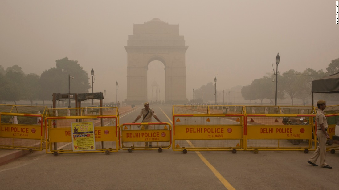 A Delhi policeman stands guard at the war memorial India Gate engulfed in a thick smog in New Delhi, India, on November 6, 2016.