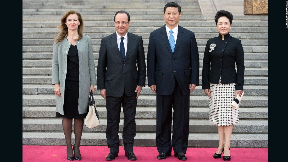French President Francois Hollande and his companion Valerie Trierweiler pose with Chinese President Xi Jinping and First Lady Peng Liyuan.