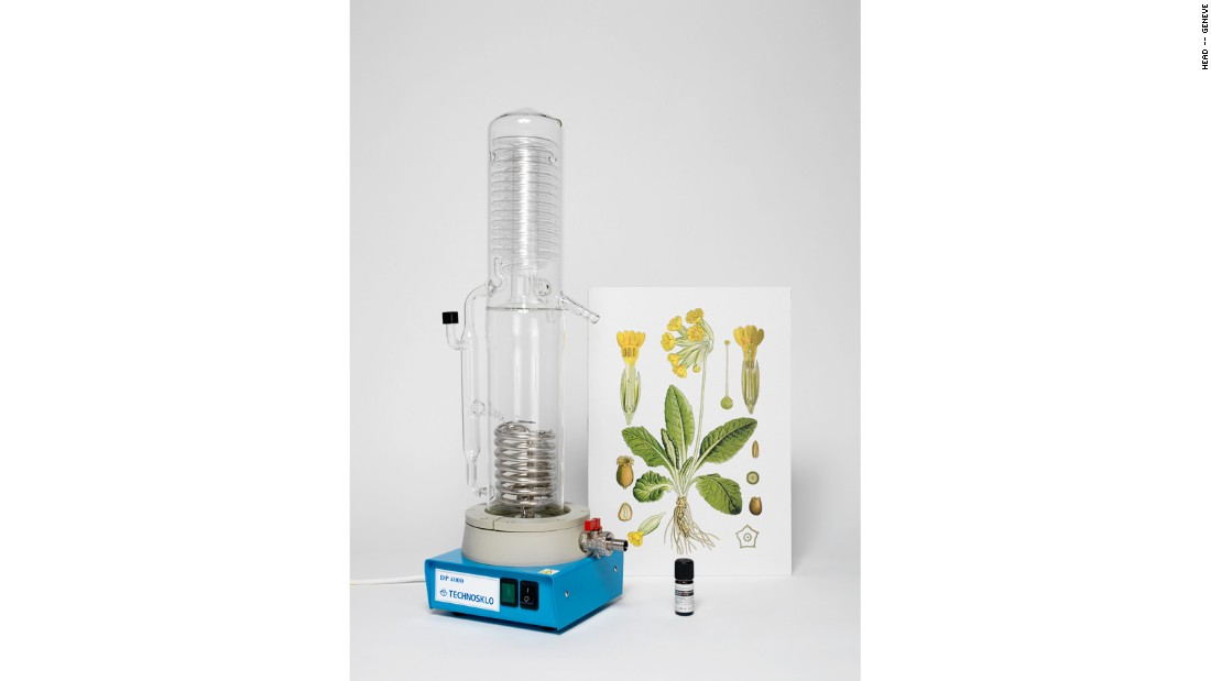 Instead of just marking the time, Coucou Time celebrates is. The device diffuses the scent of spring time plants, using essential oils from plants gathered early this April.