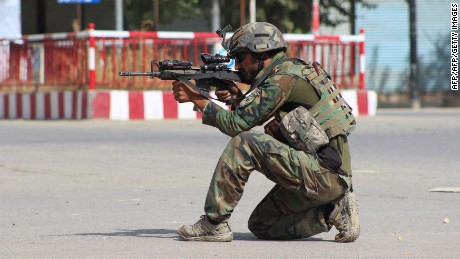 An Afghan National Army commando aims his weapon amid ongoing fighting between Taliban militants and Afghan security forces in Kunduz on October 5, 2016. Supplies of food and clean water were dwindling as commodity prices hiked up on on Cotober 5 in a third day of fighting in Kunduz in northern Afghanistan, residents said. Taliban militants on October 3 launched an attack in Kunduz briefly taking over the centre of the city and hoisting their flag at the main intersection, before they were driven out of the centre of the town in an Afghan forces counter attack. / AFP / BASHIR KHAN SAFI
