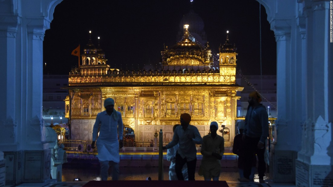 Indian Sikh devotees arrive in the early morning to the Golden Temple in Amritsar to mark the 547th anniversary of the birth of Guru Nanak, the founder of Sikhism.<br />