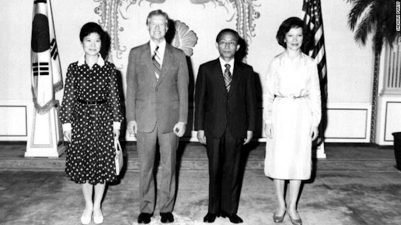 Park Geun-hye poses for a group photo with former U.S. president Jimmy Carter in the Blue House.