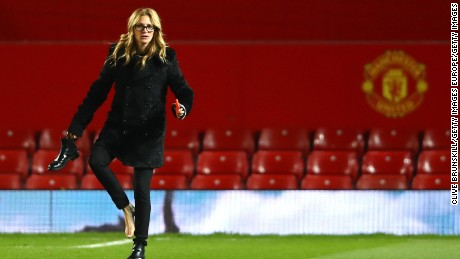 MANCHESTER, ENGLAND - NOVEMBER 27:  Actress Julia Roberts takes off her shoe on the pitch after the Premier League match between Manchester United and West Ham United at Old Trafford on November 27, 2016 in Manchester, England.  (Photo by Clive Brunskill/Getty Images)