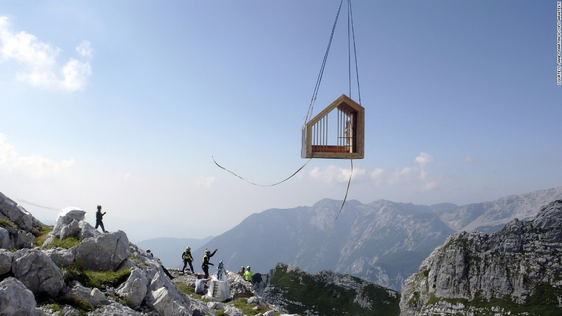 The shelter was designed as a series of modules so that it could be brought to the mountain in parts. The entire prototype was constructed off-site in the workshop and transported by helicopter to this remote location.