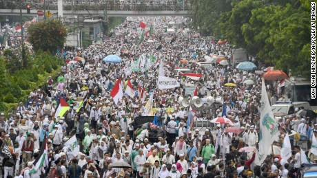 Indonesian protesters march down the capital city's main street after a demonstration at Jakarta's National Monument Park on December 2, 2016. More than 100,000 Indonesian Muslims protested on December 2 against Jakarta's Christian governor, the second major demonstration in a matter of weeks as conservative groups push for his arrest on accusations of insulting Islam. / AFP / GOH CHAI HIN        (Photo credit should read GOH CHAI HIN/AFP/Getty Images)