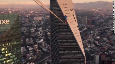 cnnee pkg digital alexander schulz atraviesa entre dos edificios cdmx_00000000.jpg