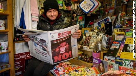 A salesman reads the daily newspaper in his booth in Rome, Italy, 5 December 2016. Italy has voted over a planned constitutional reform. Photo by: Gregor Fischer/picture-alliance/dpa/AP Images