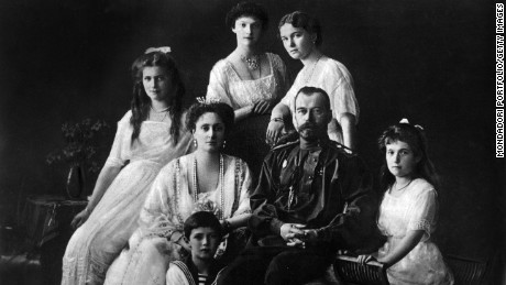 Tsar Nicholas II of Russia with his wife, Alexandra of Hesse-Darmstadt, and her daughters, Ol'ga, Tat'jana, Marjia e Anastasia and Aleksej. 1913 (Photo by Mondadori Portfolio via Getty Images)
