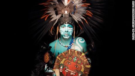 "Baruch Osorno (Mexique).Homme Medecine porteur de la Tradition AztequeSon prenom Baruch veut dire ""Celui qui est benit"".Gardien des traditions ancestrales.Membre du cercle de sagesse.Genac, France.30/04/2016Baruch Osorno (Mexico).Healer from the Aztec tradition. Genac, France.04/30/2016"