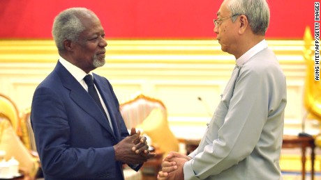 Former UN secretary general Kofi Annan (L) meets Myanmar's President Htin Kyaw during their meeting in Naypyidaw on December 5, 2016, following the visit of Annan to the areas of Muslim Rohingya minorities in the strife-torn Rakhine State.  Annan heads the nine-member multi-sector advisory commission on Myanmar's Rakhine State. / AFP / AUNG HTET        (Photo credit should read AUNG HTET/AFP/Getty Images)