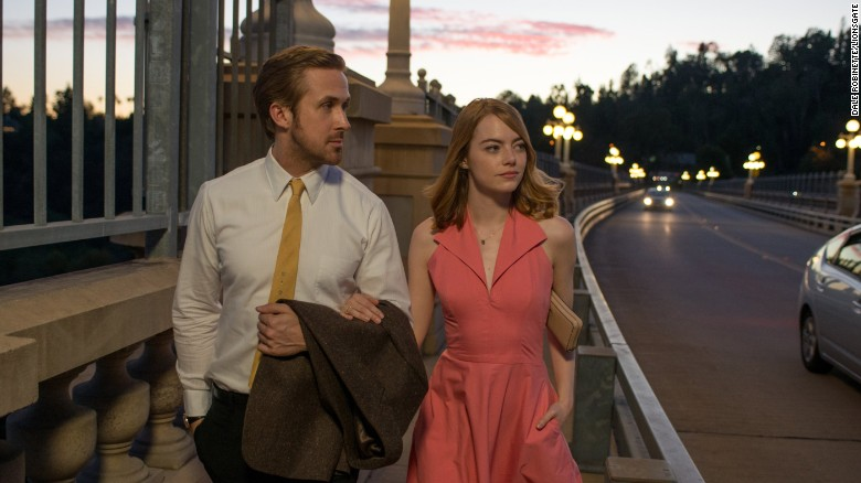 Sebastian (Ryan Gosling) and Mia (Emma Stone) take a stroll in