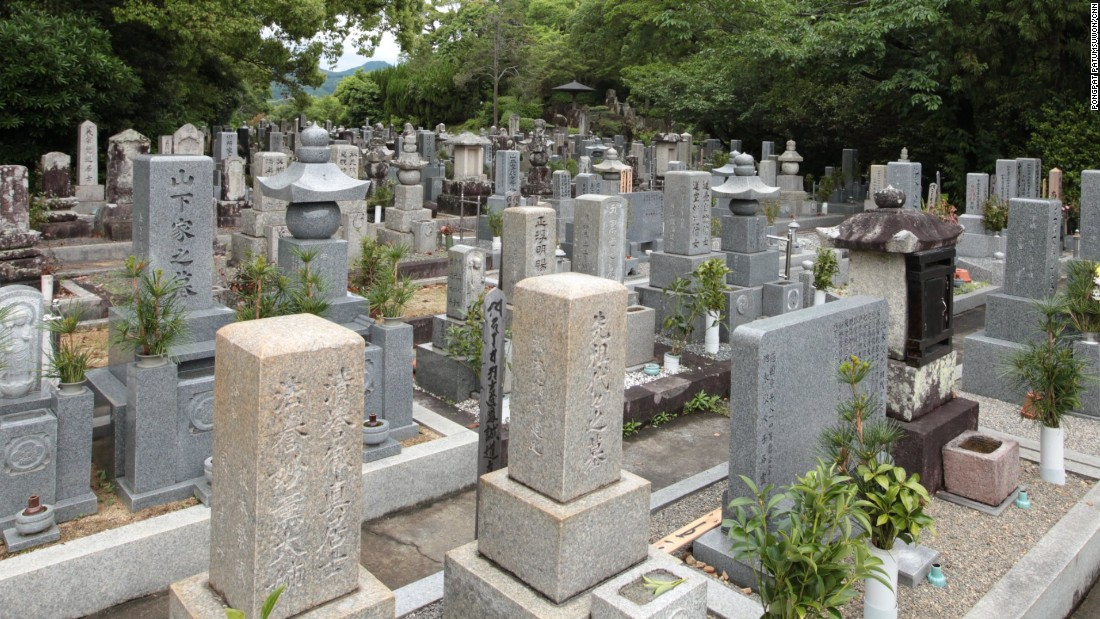 Kozanji Temple staff can guide foreign visitors who can't read Japanese to the grave.