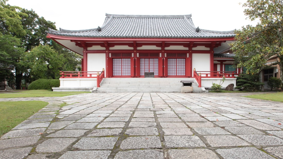 The temple is located on a small mountain outside the city center of Tanabe.