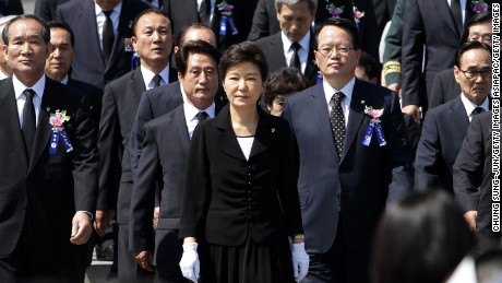 SEOUL, SOUTH KOREA - JUNE 06:  South Korean President Park Geun-Hye (C) attends the ceremony marking Korean Memorial Day at the Seoul National Cemetery on June 6, 2014 in Seoul, South Korea. South Korea marks the 59th anniversary of the Memorial Day for people who died during the military service in the 1950-53 Korean War.  (Photo by Chung Sung-Jun/Getty Images)
