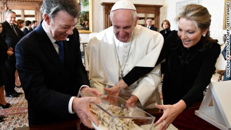 "Pope Francis (R) receives the ""Bun of the peace""  from Colombian president Juan Manuel Santos (L) and his wife prior to a meeting, on January 16, 2016 at the Vatican. / AFP / POOL / VINCENZO PINTO        (Photo credit should read VINCENZO PINTO/AFP/Getty Images)"