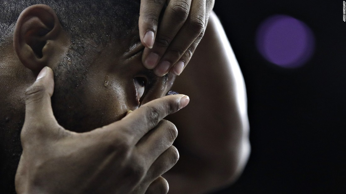 Ohio State basketball player JaQuan Lyle replaces a contact lens during a game against UCLA on Saturday, December 17.