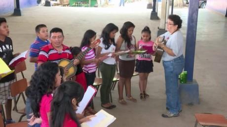 cnnee pkg merlin delcid niños graban disco de villancicos en nahuatl _00021917