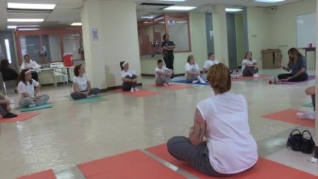 cnnee pkg rafy rivera yoga mujeres carceles puerto rico_00013905