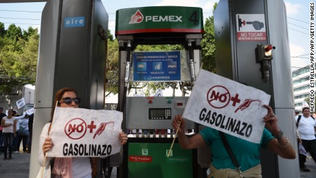 Demonstrators at a petrol station protest the rise in fuel prices in Mexico City on January 1, 2017.  On January 1, 2017 fuel prices in Mexico went up 20.1% for gasoline and 16.5% for diesel, the Ministry of Finance announced. / AFP / ALFREDO ESTRELLA        (Photo credit should read ALFREDO ESTRELLA/AFP/Getty Images)