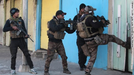 Members of the Iraqi special forces Counter Terrorism Service (CTS) advance in Mosul's eastern al-Karamah neighbourhood on January 2, 2017, during an ongoing military operation against Islamic State (IS) group jihadists.