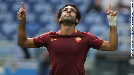 ROME, ITALY - SEPTEMBER 11:  Mohamed Salah of AS Roma celebrates after scoring the opening goal during the Serie A match between AS Roma and UC Sampdoria at Stadio Olimpico on September 11, 2016 in Rome, Italy.  (Photo by Paolo Bruno/Getty Images)