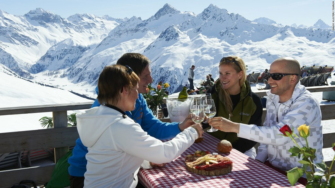 <strong>Raise a glass at Restaurant Jakobshorn Gipfel: </strong>At 2,590 meters above sea level, Restaurant Jakobshorn Gipfel serves simple cuisine at standards as high as its altitude.