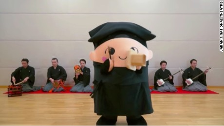 The National Theatre's official mascot Kurogo-chan performs Pen-Nurisampo-Sampo-Pen with a group of elite musicians.
