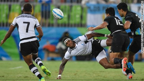 Fiji's Semi Kunatani (C) passes the ball in the mens rugby sevens quarter-final match between Fiji and New Zealand during the Rio 2016 Olympic Games at Deodoro Stadium in Rio de Janeiro on August 10, 2016. / AFP / PHILIPPE LOPEZ        (Photo credit should read PHILIPPE LOPEZ/AFP/Getty Images)