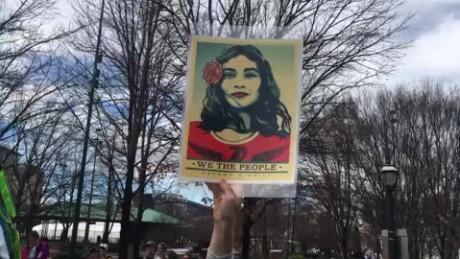 cnnee brk marcha mujeres atlanta pancartas segundo dia presidente trump_00000906