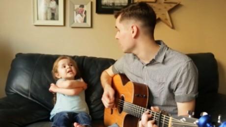cnnee vo cafe cibercafe burke padre e hija cantando video viral_00000314