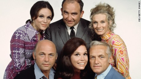 American actors (back row left to right) Valerie Harper, as Rhoda Morgenstern, Ed Asner, as Lou Grant, Cloris Leachman, as Phyllis Lindstrom, (front row, left to right) Gavin McLeod, as Murray Slaughter, Mary Tyler Moore, as Mary Richards, and Ted Knight (1923 - 1986), as Ted Baxter, pose in a group publicity photo for the CBS situation comedy 'Mary Tyler Moore,' California, 1972. (Photo by CBS Photo Archive/Getty Images)
