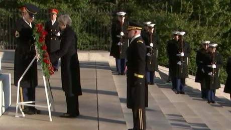 UK Prime Minister visits tomb of unknown solider_00000720